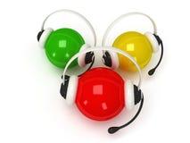 Globes colorés avec le casque d'isolement au-dessus du blanc Photos libres de droits