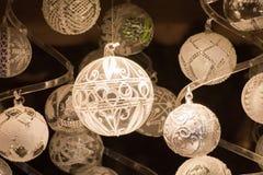 Globes de Noël blanc sur le fond foncé Photographie stock