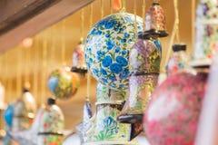 Globes et cloches et ornements d'étoile pour Noël Photographie stock
