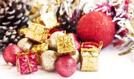 Globi d'annata e decorazione rossi e dorati di scintillio di Natale Fotografia Stock