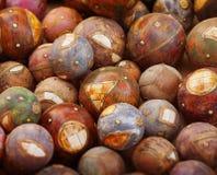Globi decorativi della sfera sulle palle di legno dell'ottone del materiale di riempimento del mercato Rajastha Fotografie Stock Libere da Diritti