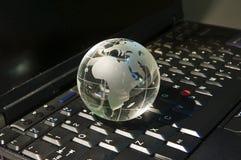 Globo alta tecnologia della terra contro la priorità bassa ottica della fibra Immagini Stock Libere da Diritti