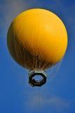 Globo amarillo del aire caliente Fotos de archivo