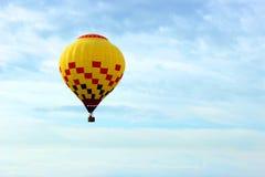 Globo amarillo del aire caliente Imagen de archivo libre de regalías