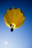 Globo amarillo del aire caliente imagen de archivo