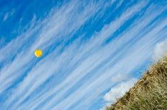 Globo amarillo en el cielo azul Foto de archivo