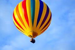 Globo colorido de la LIBERTAD VERDADERA en vuelo Imagen de archivo libre de regalías