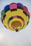 Globo colorido del aire caliente en el cielo Fotografía de archivo