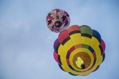 Globo colorido del aire caliente en el cielo Imagenes de archivo