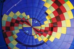 Globo colorido del aire caliente - opinión del interior imagen de archivo libre de regalías
