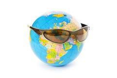 Globo com os óculos de sol isolados fotografia de stock royalty free