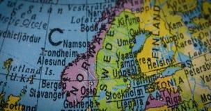 Globo con el mapa de Suecia y de Noruega almacen de video
