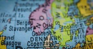 Globo con el mapa del país de Dinamarca almacen de metraje de vídeo