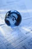 Globo con i documenti finanziari immagine stock libera da diritti