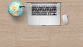 Globo con il computer portatile del computer su Libro Bianco sulla tavola di legno fotografie stock