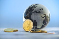 Globo con le euro monete Fotografia Stock