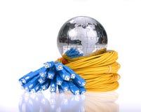 Globo con los cables y los servidores de la red Imagenes de archivo