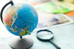 Globo con los mapas geográficos Imagen de archivo