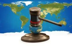Globo 3D-illustration do mapa do mundo do martelo do juiz Fotografia de Stock Royalty Free