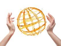 Globo da acqua arancio con la mano umana isolata su bianco immagini stock