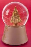 Globo da neve com árvore do ouro Fotos de Stock Royalty Free