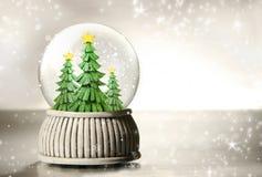 Globo da neve com árvores   fotografia de stock royalty free