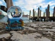 Globo da neve no fundo de Veneza Fotos de Stock Royalty Free
