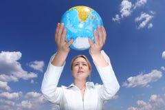 Globo da terra arrendada da mulher Imagens de Stock Royalty Free