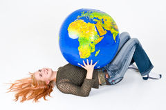 Globo da terra arrendada da mulher fotos de stock royalty free
