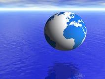 Globo da terra do planeta sobre o oceano azul e o céu nebuloso Fotografia de Stock