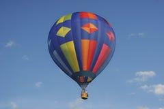Globo de aire caliente colorido con el cielo azul Imagen de archivo libre de regalías