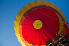Globo de aire caliente colorido en el cielo con el fuego abierto imágenes de archivo libres de regalías