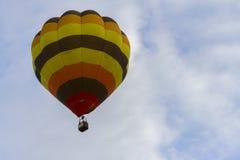 Globo de aire caliente que flota en el cielo Fotos de archivo