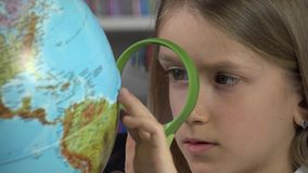 Globo de Child Studying Earth del estudiante en la clase de escuela, muchacha que aprende en la biblioteca 4K metrajes