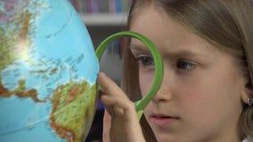 Globo de Child Studying Earth do estudante na turma escolar, menina que aprende na biblioteca 4K filme