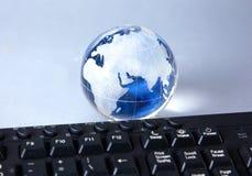 Globo de Cristal da terra em um computador Imagem de Stock Royalty Free