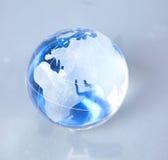 Globo de Cristal de la tierra en un ordenador Fotografía de archivo libre de regalías