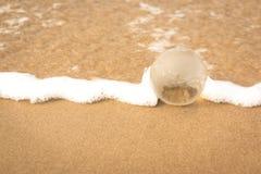 Globo de cristal en la playa foto de archivo libre de regalías