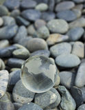 Globo de cristal en piedras del guijarro. Imagen de archivo