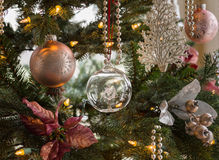 Globo de cristal sobre el detalle del árbol de navidad imagen de archivo libre de regalías