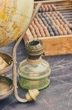 Globo de la antigüedad de los objetos, lámparas de gas y ábaco retros viejos de la contabilidad Fotos de archivo