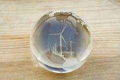 Globo de la bola cristalina con la granja de viento sobre el norte y America Central Foto de archivo libre de regalías