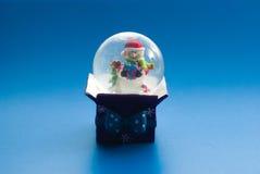Globo de la nieve con el muñeco de nieve Fotos de archivo
