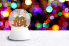 Globo de la nieve con los pares del hombre de pan de jengibre Fotografía de archivo