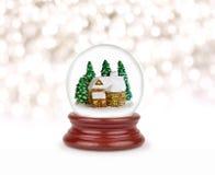 Globo de la nieve de la Navidad aislado en blanco Imágenes de archivo libres de regalías