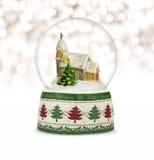 Globo de la nieve de la Navidad en el fondo blanco Imágenes de archivo libres de regalías