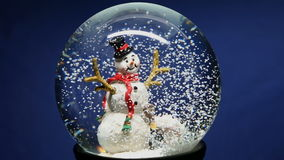 Globo de la nieve del invierno con el muñeco de nieve almacen de video