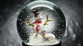 Globo de la nieve del invierno con el muñeco de nieve almacen de metraje de vídeo