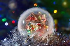 Globo de la nieve que brilla intensamente con Santa Claus y la linterna Exposición larga Imagenes de archivo