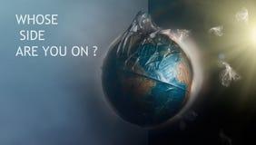 Globo de la tierra del planeta vestido en una bolsa de pl?stico de la basura La inscripción donde está usted el lado encendido El ilustración del vector